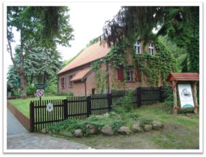 Na zdjęciu budynek z czerwonej cegły obrośnięty bluszczem w którym mieści sięmuzeum Konstantego Ildefonsa Gałczyńskiego w Praniu.